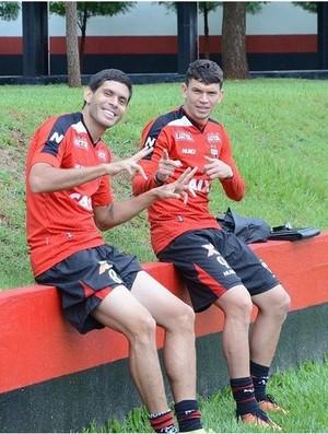 Caíque e Júnior Viçosa, jogadores do Atlético-GO (Foto: Comunicação/Atlético-GO)