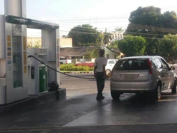 Preço da gasolina só deve reduzir em Roraima quando distribuidoreas comprarem o combustível mais barato nas refinarias (Foto: Valéria Oliveira/G1)