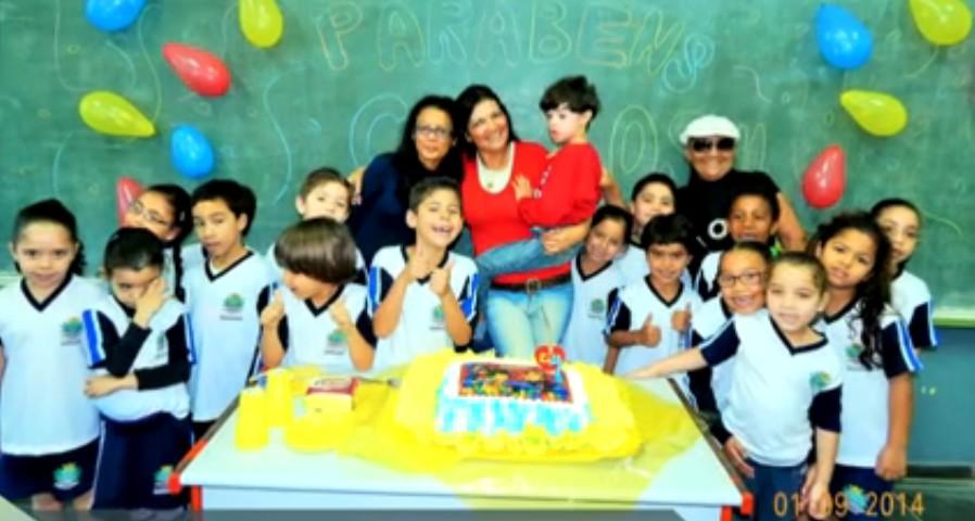 Carlinhos, de Mongaguá, com seus amigos da escola (Foto: Reprodução/TV Globo)