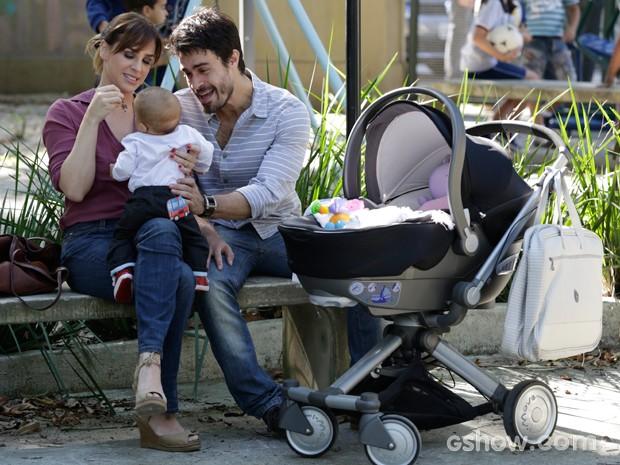 Raissa e João Luiz aproveitam os filhos na praça (Foto: Fábio Rocha / TV Globo)