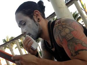 Ator pintou o rosto de palhado durante protesto (Foto: Gullit Pacielle Machado)
