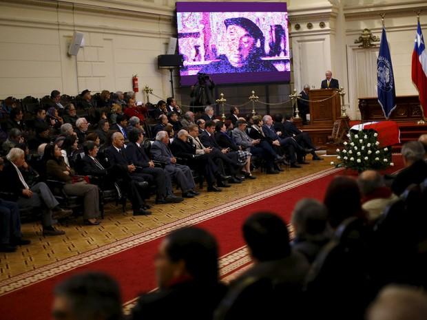 O caixão do poeta chileno Pablo Neruda durante homenagem no Congresso do Chile, em Santiago, nesta segunda-feira (25) (Foto: Ivan Alvarado/Reuters)