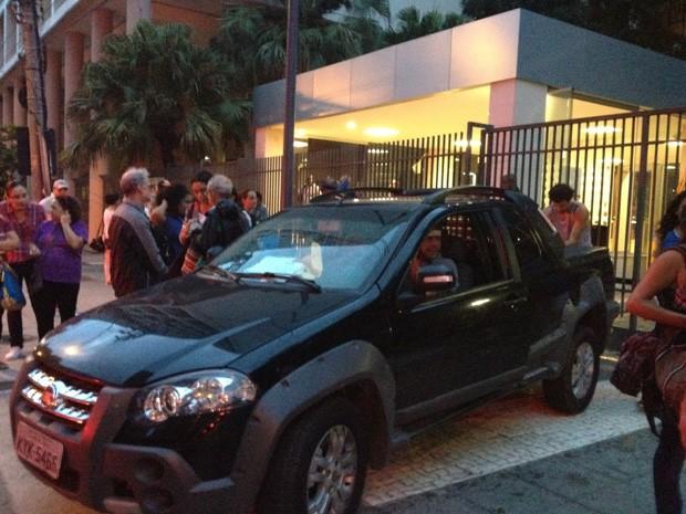 Índio Arão da Providêncvia deixa a sede da Justiça Federal após audiência (Foto: João Bandeira de Mello)