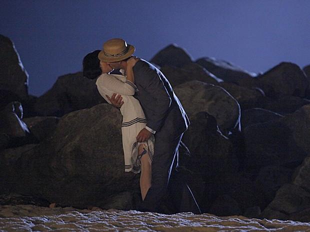 Rômulo insiste para Malvina se entregar na praia (Foto: Gabriela/TV Globo)