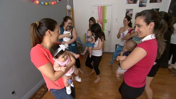 A dança materna é uma técnica que estimula o laço entre a mãe e o bebê (Foto: TV Bahia)