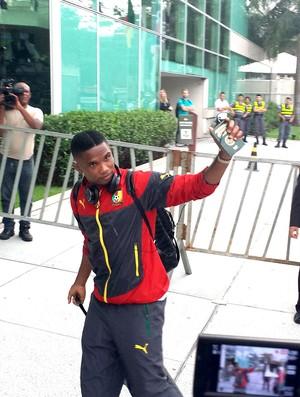 Eto´o na chegada de Camarões (Foto: Bruno Marques)