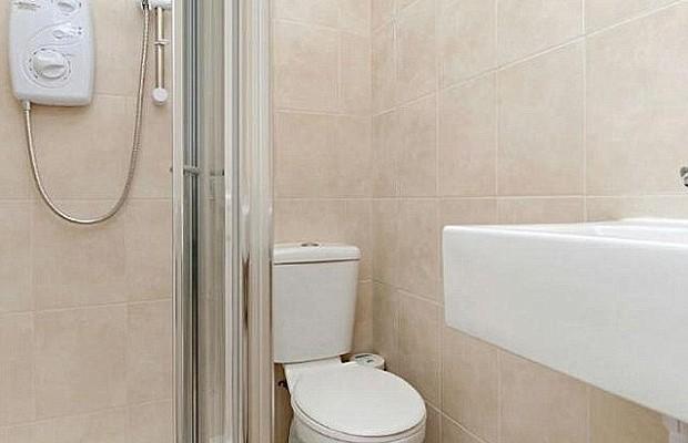 O banheiro minúsculo da quitinete (Foto: Reprodução/ Imobiliária Winkworth)