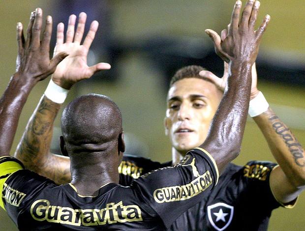 Seedorf Rafael Marques gol Botafogo Sobradinho (Foto: Guilherme Pinto / Ag. O Globo)