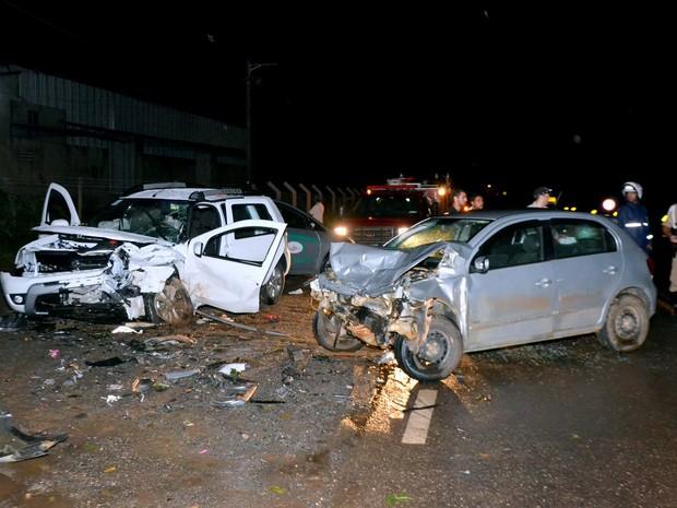 Batida frontal deixa um morto e dois feridos na BR-459 em Itajubá (Foto: Luciano Lopes)