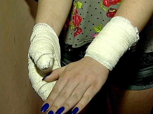 Uma adolescente de 14 anos ficou ferida nos dois pulsos, no Espírito Santo. (Foto: Reprodução/TV Gazeta Sul)