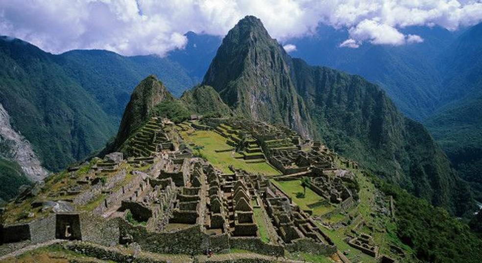 Também conhecida como 1cidade perdida1 dos incas, Machu Picchu fica a 2.490 metros de altura dos Andes peruanos (Foto: BBC)