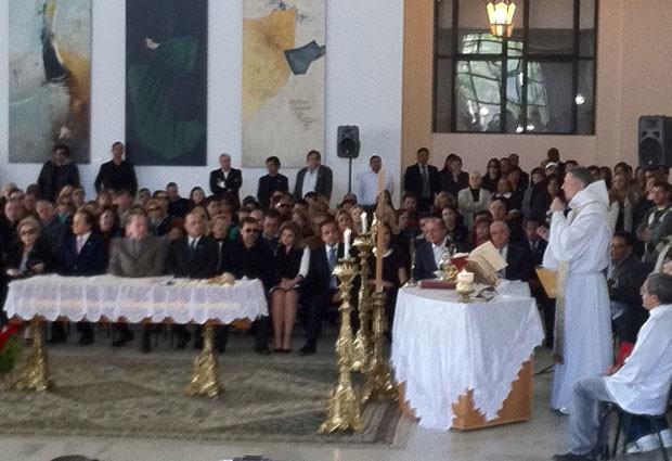 Missa pela morte da apresentadora Hebe Camargo teve início por volta das 8h30 (Foto: Tadeu Meniconi/G1)