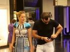 Letícia Birkheuer escolhe vestido justíssimo para ir às compras
