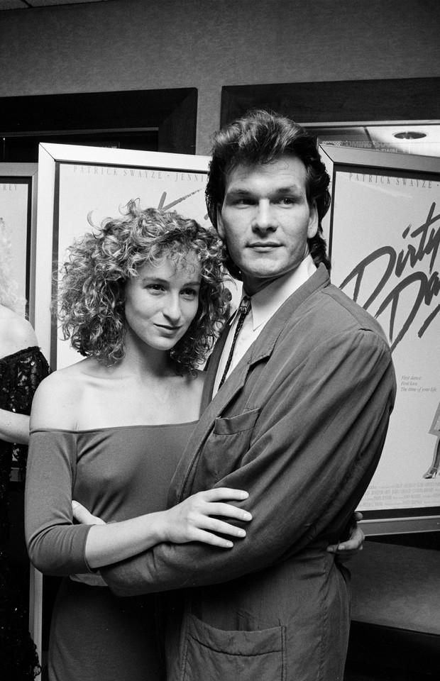 Jennifer Grey ao lado de Patrick Swayze na estreia de 'Dirty Dancing' (Foto: Getty Images)