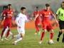 Inter marca no final, supera o Santos na Vila Belmiro e encosta na liderança