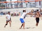 Rodrigo Hilbert joga vôlei nas areias da praia do Leblon, no Rio