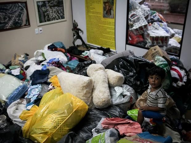 Câmara Municipal de Barra Longa teve todo o espaço tomado por doações. Montanhas de roupas viraram 'playground' para crianças (Foto: Fábio Tito/G1)