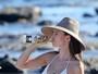 Emily Ratajkowski mostra corpo perfeito - e muito mais - de biquíni