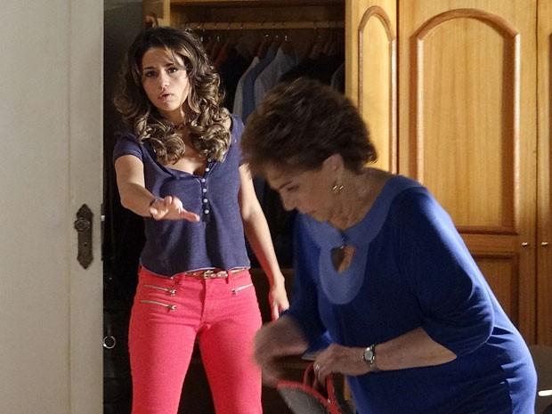 Morena manda Áurea tirar as mãos das suas coisas (Foto: Salve Jorge/TV Globo)