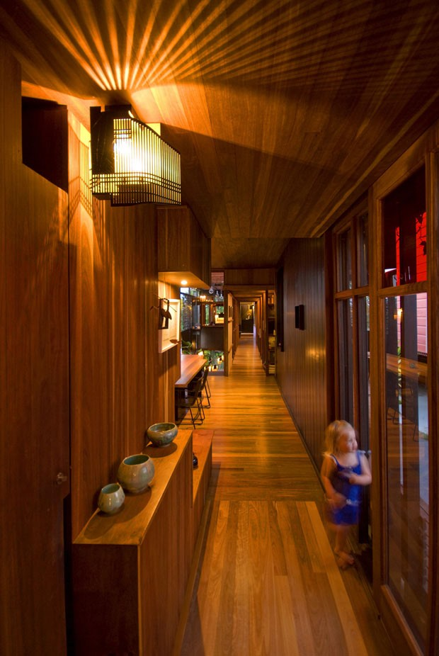 Casa premiada na Austrália tem volumes irregulares e muita madeira (Foto: Casey Valey e Christopher Frederick Jones)