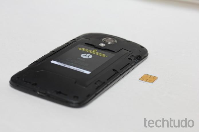 Chip posicionado na altura da entrada do SIM 1 do Moto G (Foto: Reprodução/TechTudo)