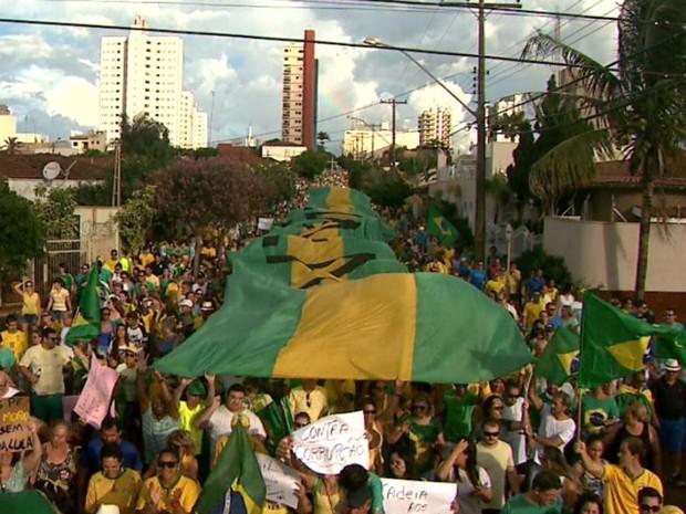Manifestantes em Sertãozinho, SP, carregam bandeirão com pedido de impeachment da presidente Dilma (Foto: Márcio Meirelles/EPTV)