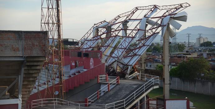 Estrutura da arquibancada do Giulite Coutinho ficou destruída com a chuva (Foto: André Durão)