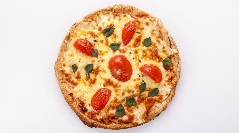 A pizza de margherita da Verd & Co. é feita com massa artesanal integral, molho de tomate caseiro, queijo meia cura e manjericão (Foto: Divulgação)
