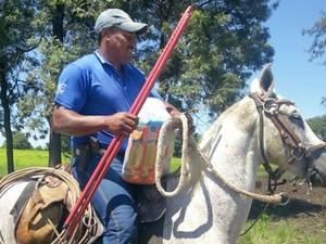 Trabalhador rural de Taquarussu, que estava isolado, na zona rural do município, vai buscar cesta de alimentos a cavalo (Foto: Divulgação/Secretaria de Meio Ambiente de Taquarussu)