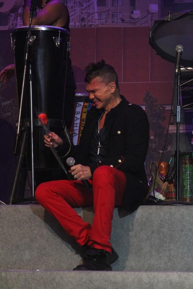Netinho precisou se sentar no palco para lidar com a emoção (Foto: Anderson Borde / AG News)