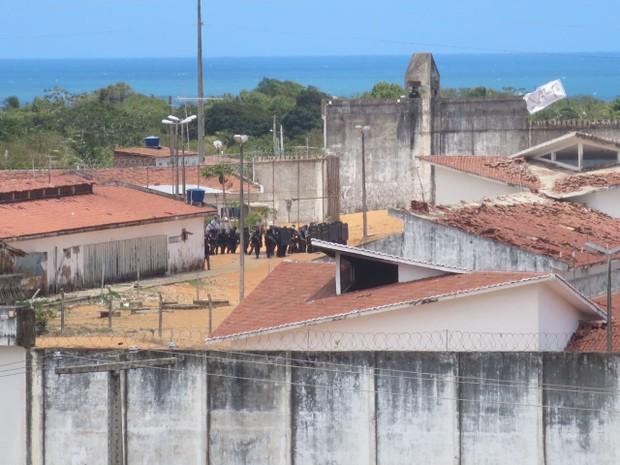 PM entrou em Alcaçuz e presos desceram dos telhados (Foto: Andrea Tavares/G1)