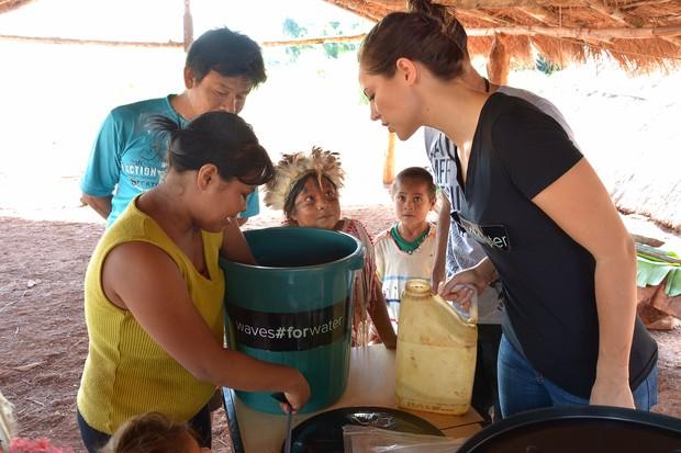Paolla Oliveira entrega filtros na reserva de Amambai-MS (Foto: Marcos Ribeiro / Divulgação)