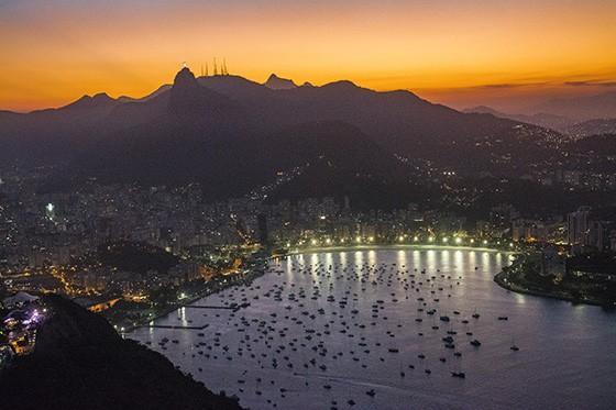 Do alto do Pão de Açúcar, a vista do Cristo do Corcovado e da praia de Botafogo, logo na entrada da Baía da Guanabara (Foto: © Haroldo Castro/ÉPOCA)