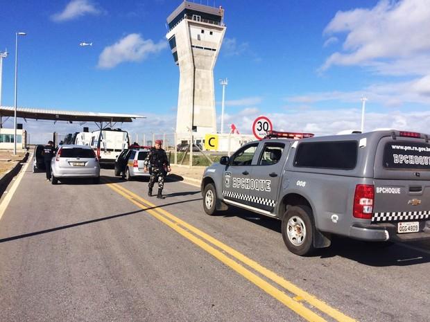 Presos foram levados para o Aeroporto Internacional Aluízio Alves na manhã deste sábado (6) escoltados por policiais militares do Batalhão de Choque. Helicóptero Potiguar 01 também acompanhou o comboio (Foto: Clayton Carvalho/Inter TV Cabugi)