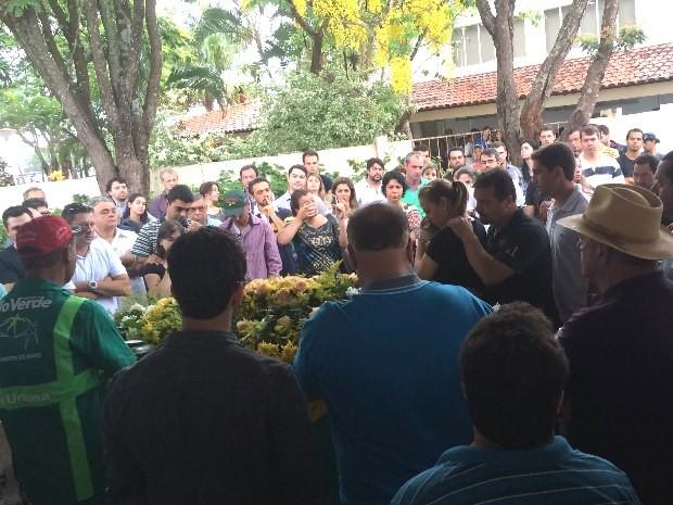 Corpo do piloto André Textor é enterrado em Rio Verde, Goiás (Foto: Karla Izumi/ TV Anhanguera)