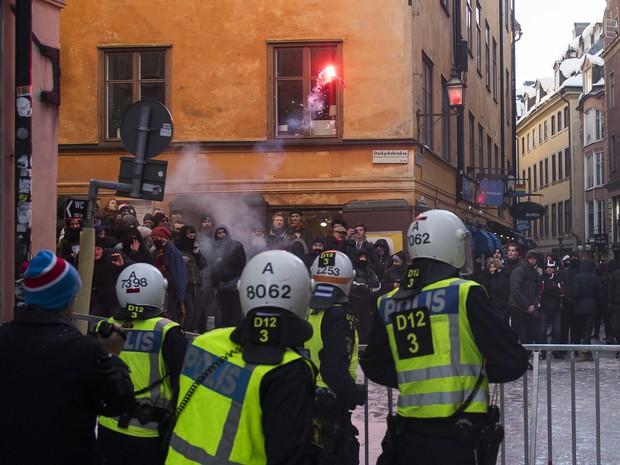 Neonazistas e pessoas contrárias ao movimento entram em confronto em Estocolmo, na Suécia (Foto: Jonathan Nackstrand/AFP)
