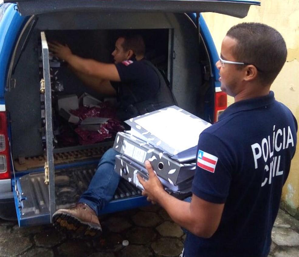 Polícia apreendeu documentos e levou ex-gestores para delegacia por roubo de bens e documentos de prefeitura na Bahia. (Foto: Divulgação/Polícia Civil)