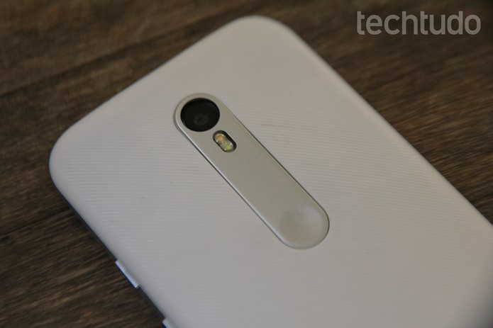 Nova textura do Moto G 3 ajuda na pegada, mas suja com facilidade (Foto: Luana Marfim/TechTudo)