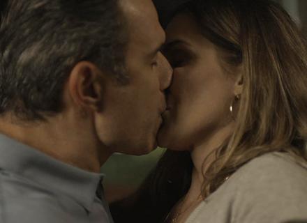 Ricardo beija Tânia