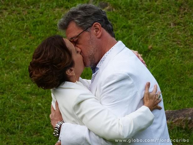 Guiomar aceita namorar Duque (Foto: Flor do Caribe / TV Globo)