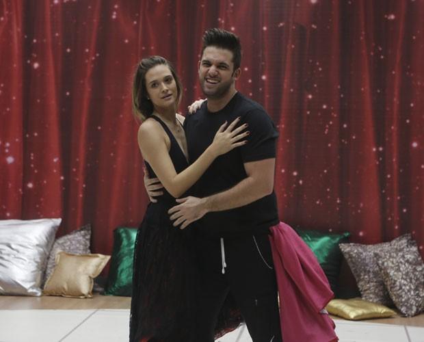 Juliana paiva e Átila Amaral demonstram sintonia em ensaio (Foto: Artur Meninea/ TV Globo)