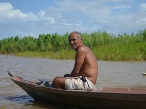 Após ter casa destruida,  pescador Manoel Haroldo decidiu permanecer na comunidade onde nasceu. (Foto: Karla Lima/G1)
