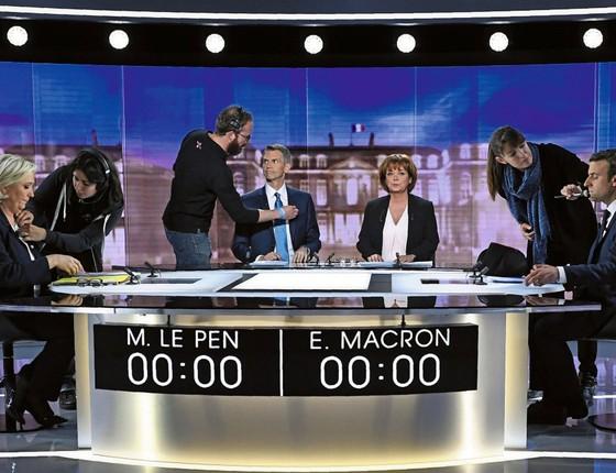 Marine Le Pen e Emmanuel Macron,nas pontas da mesa.A eleição na França causa calafrios mundo afora (Foto: Eric Feferberg//REUTERS)