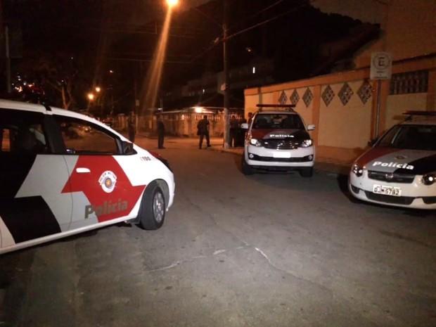 Policiais foram recebidos com pedradas após policial e suspeito terem sido mortos em Santos (Foto: Luiz Linna / G1)