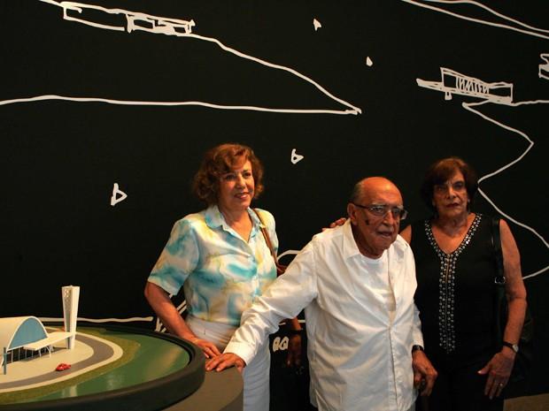 Niemeyer com a mulher, Vera Lucia Cabreira (estampado), e sua filha, Anna Maria (roupa preta), em foto de 2007 (Foto: Marco Antônio Teixeira / Agência O Globo)