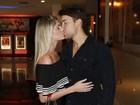 Bárbara Evans troca beijos com ex de Robertha Portella em pré-estreia