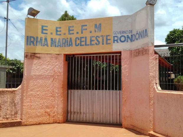 ENEM 2016 – SÁBADO (5) – GUAJARÁ-MIRIM (RO) Na Escola Estadual Irmã Maria Celeste, a coordenação do Enem permitiu a entrada de um candidato às 11h30, ou seja, meia hora após o fechamento oficial do portão (Foto: Júnior Freitas/G1)