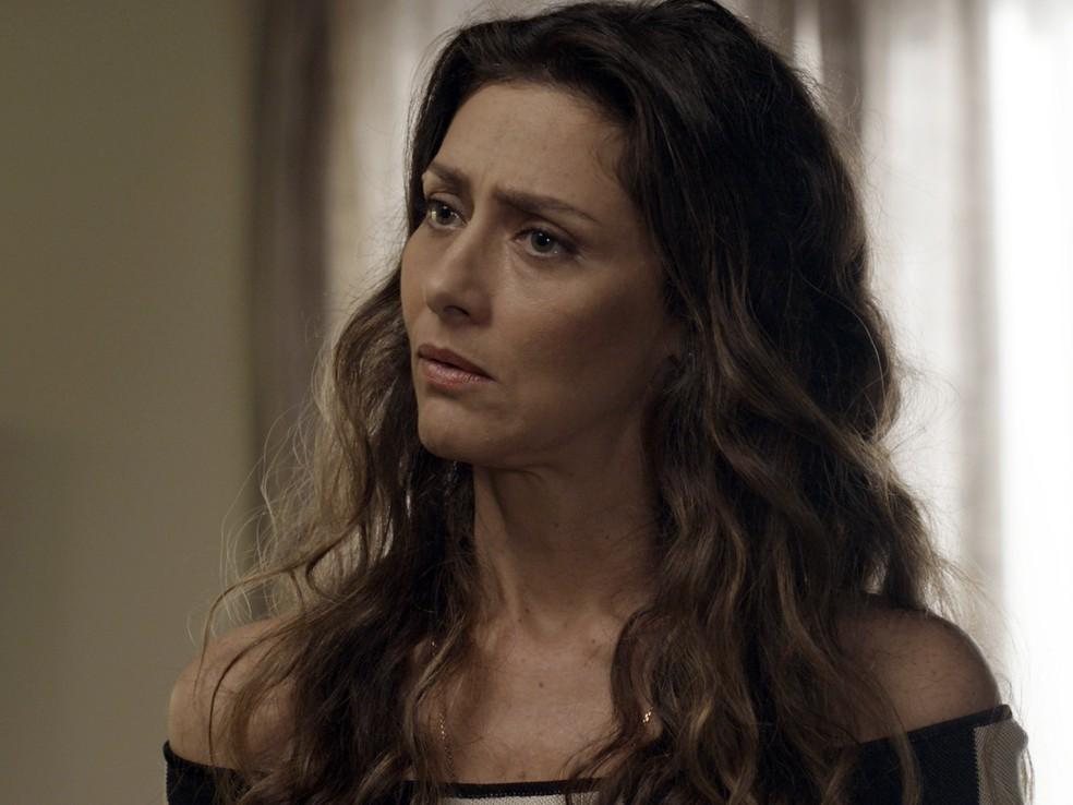 Joyce (Maria Fernanda Cândido) não cansa de implicar com Ritinha (Isis Valverde). Ela aproveita que vê Ruy (Fiuk) e logo despeja seu veneno sobre o filho: (Foto: TV Globo)