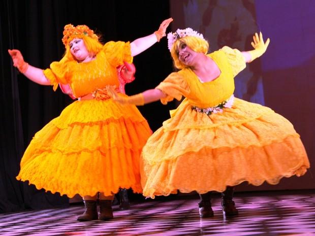 As irmãs fazem de tudo para atrapalhar Cinderela (Foto: Divulgação/ Secult)