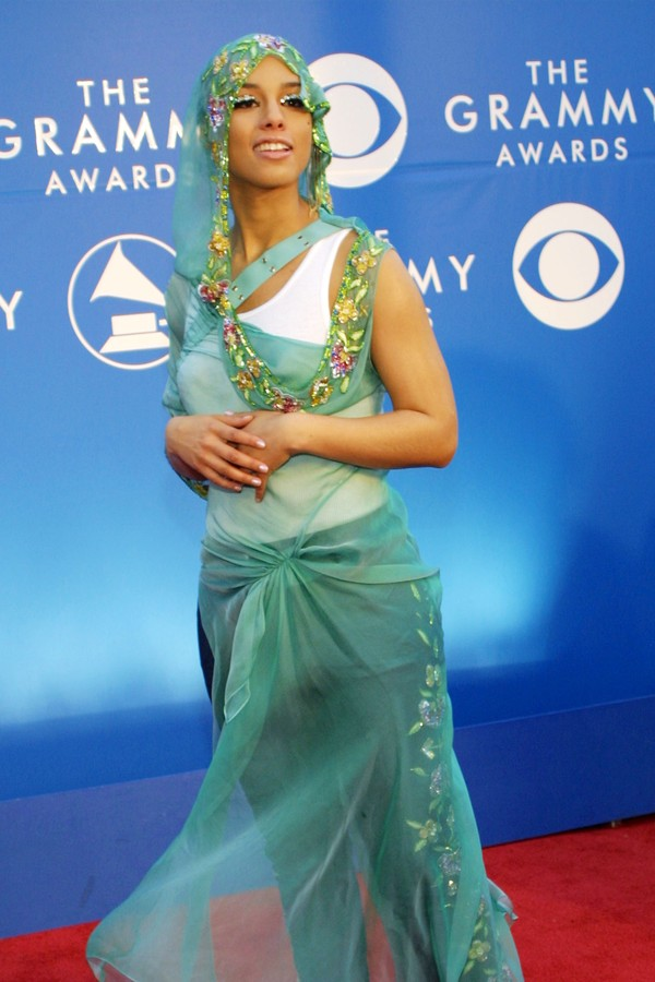 Alicia Keys na cerimônia de 2002 (Foto: Getty Images)